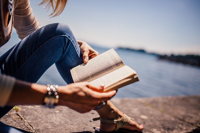 dívka s knihou u vody