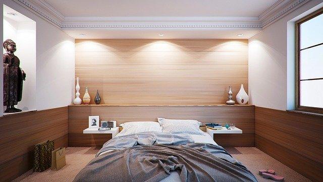 neustlaná postel