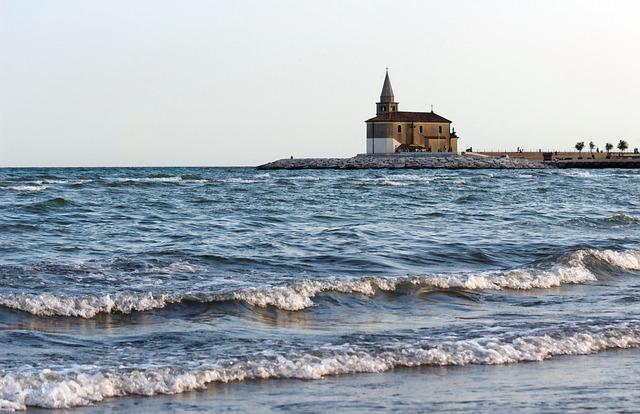 kostel na pobřeží