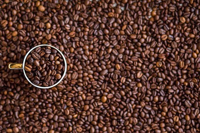 kávová zrna a hrnek