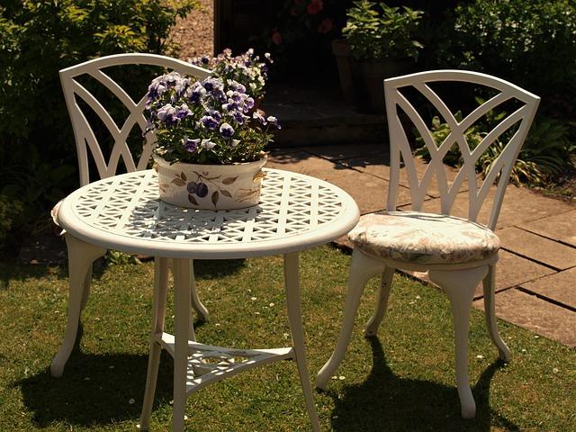 stůl a židle na zahradě.jpg