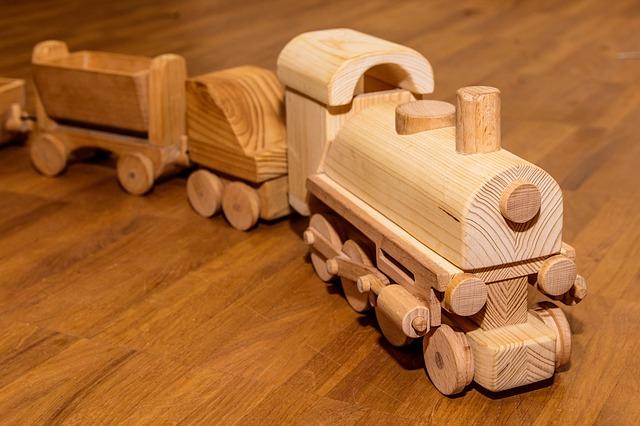 dřevěný vláček na dřevěné podlaze