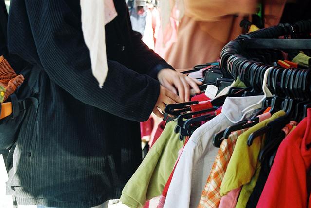 žena s oblečením.jpg