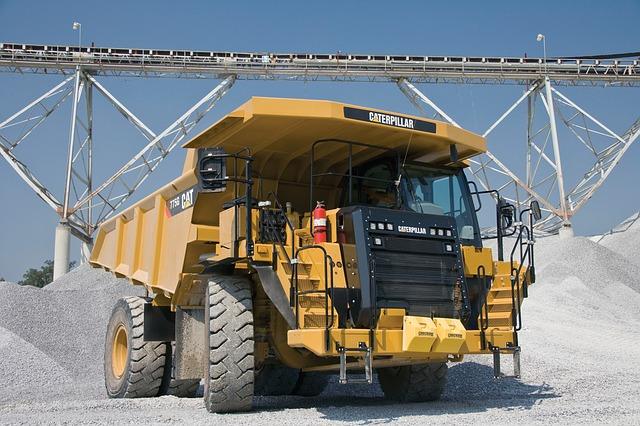 nákladní automobil přivážející štěrk