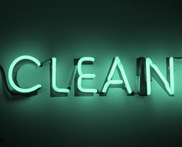 """velký nápis """"čistit"""" na černém pozadí svítící zeleně"""