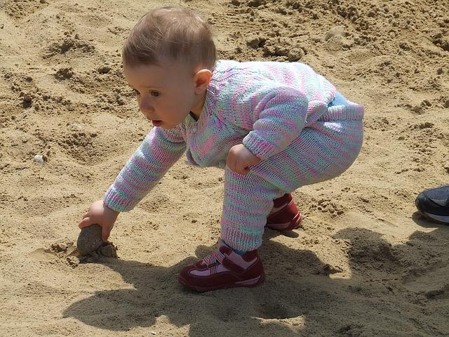 miminko na pláži