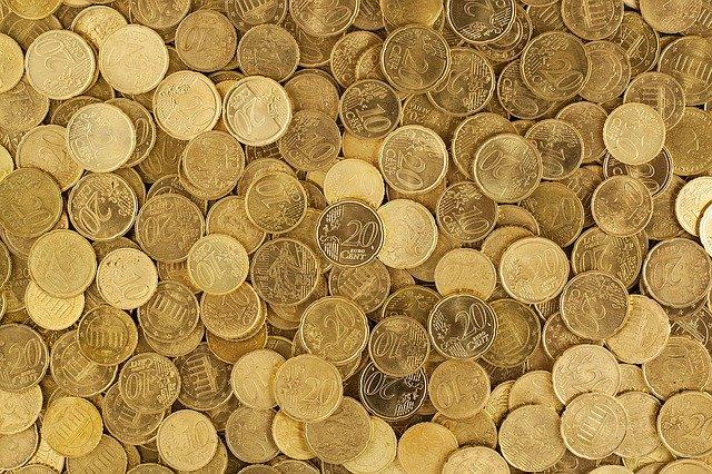 spousta položených mincí